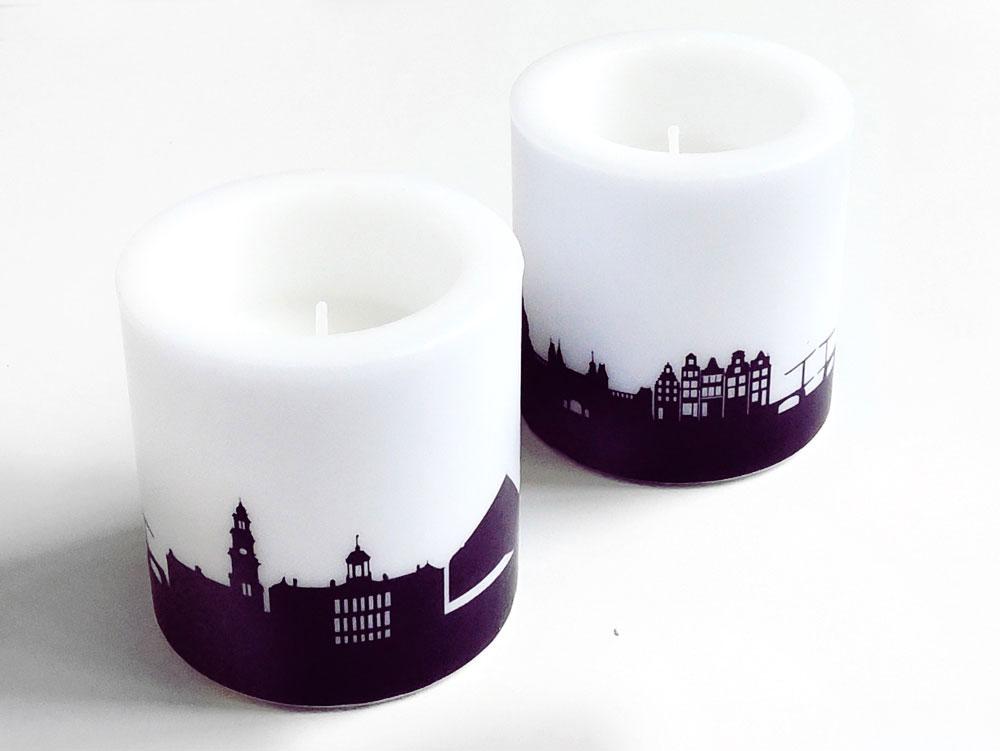Zwei Kerzen mit AMSTERDAM Skyline-Print in pflaume