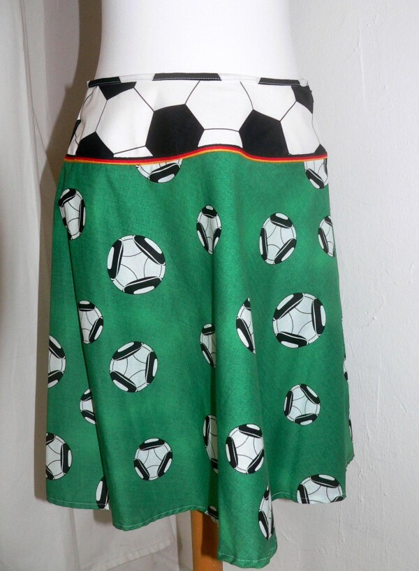 Football skirt green-white-black | Eva Brachten Modedesign