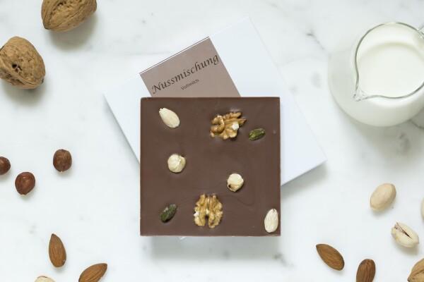 Noble milk chocolate bar with nut mixture | chokoin