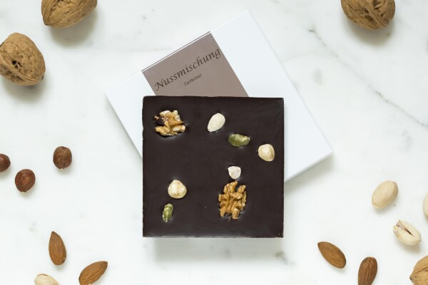 Noble bittersweet chocolate bar with nut mixture | chokoin