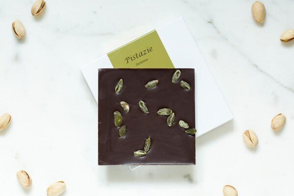 Noble bittersweet chocolate bar with pistachios | chokoin