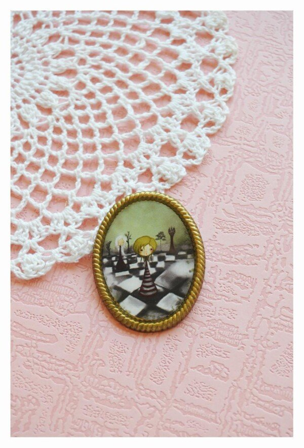Alice-a game of chess - vintage style brooch | Seven Keys