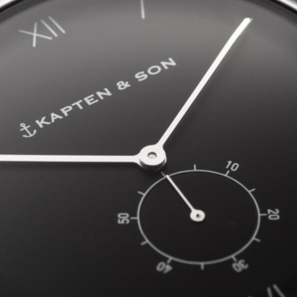 Uhr mit schwarzem Zifferblatt