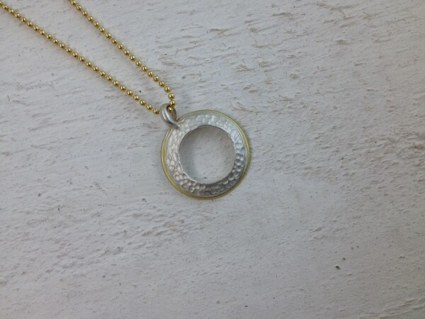 Pendant silver 925 / yellow gold 750 hammered structure | Goldschmiede Buhlheller