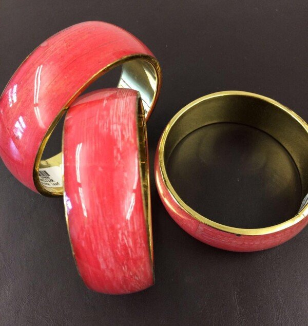 Red bangle of banana leaves on metal in acrylic | Goldschmiede Buhlheller