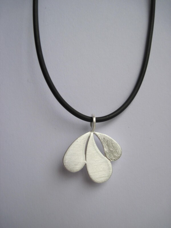 leaf-shaped silver pendant | mancherlei