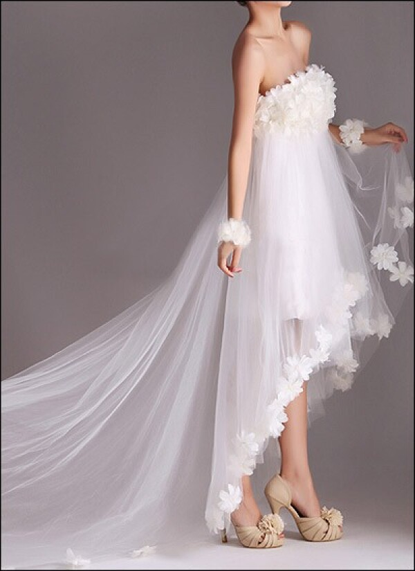 Wedding dress made of tulle with flowers and train | Lafanta | Abend- und Brautmode