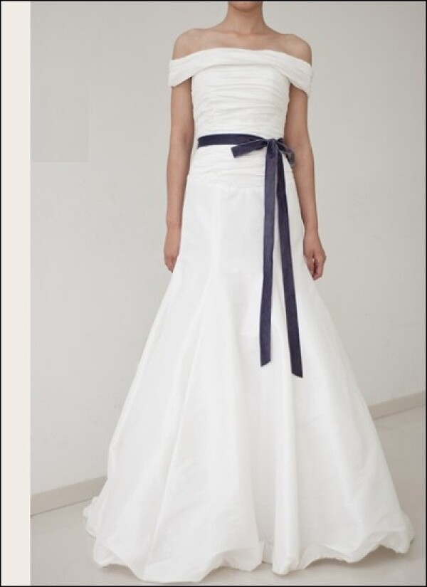 Plain taffeta wedding gown with off the shoulder | Lafanta | Abend- und Brautmode