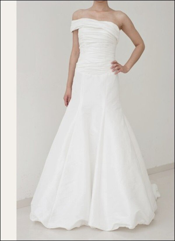 Plain taffeta wedding gown with off the shoulder | Lafanta | Braut- und Abendmode