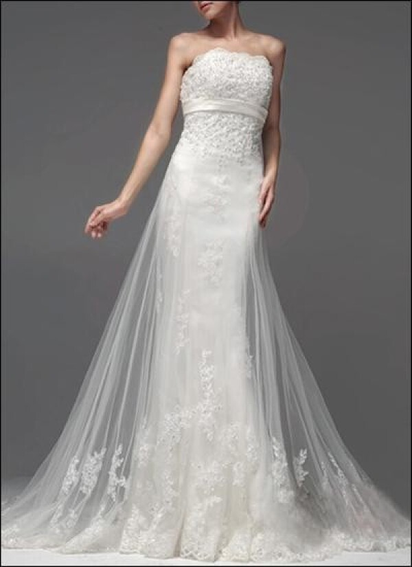 Elegant Empire bridal gown made of tulle train | Lafanta | Braut- und Abendmode