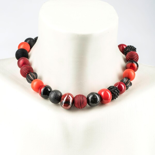 Short pearl necklace New Bowls red-black made of a fine material mix | Perlenmarkt