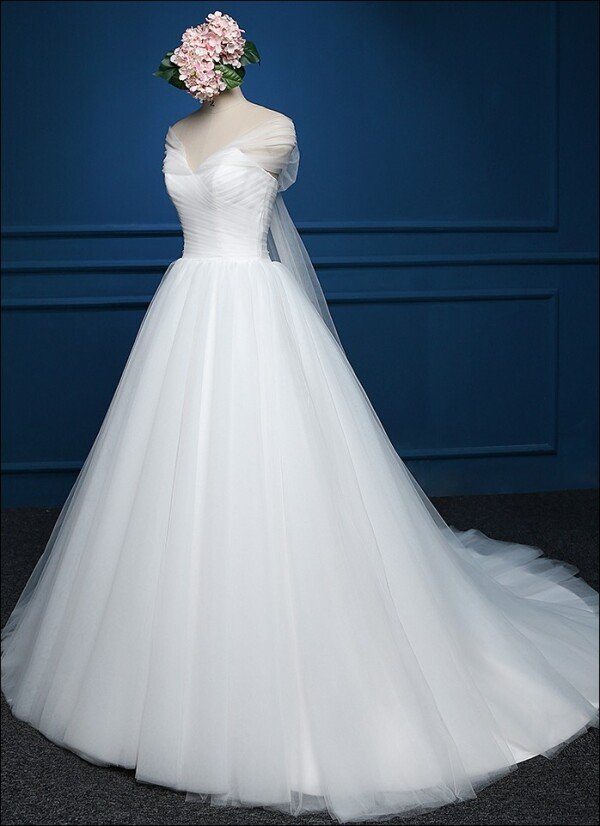 Duchesse wedding dress in fine tulle with straps | Lafanta | Braut- und Abendmode