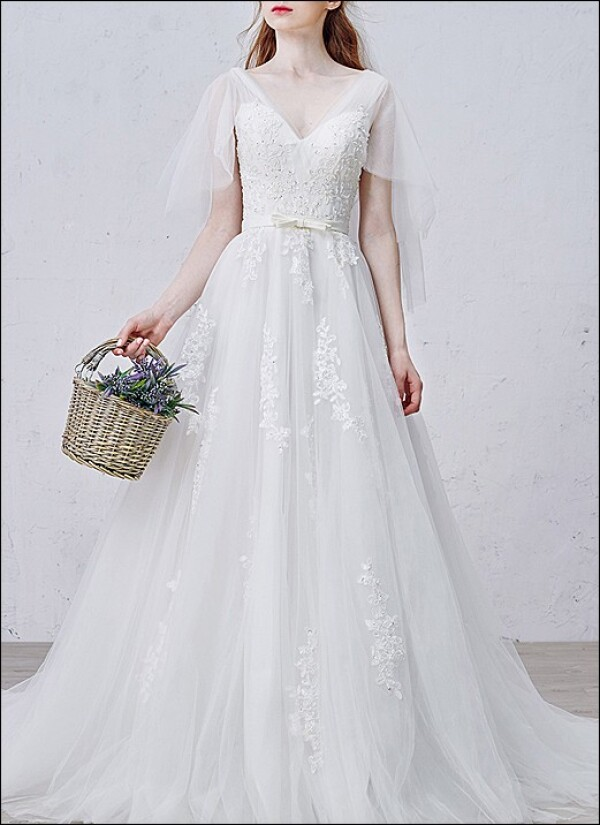 Romantic wedding dress with v-neckline and straps | Lafanta | Abend- und Brautmode