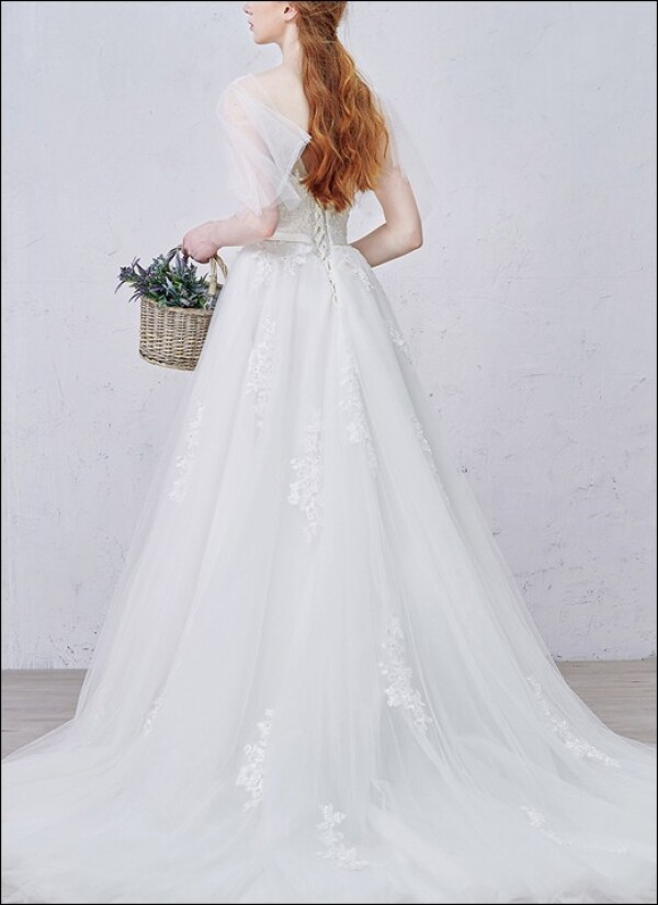 Romantic wedding dress with v-neckline and straps | Lafanta | Braut- und Abendmode