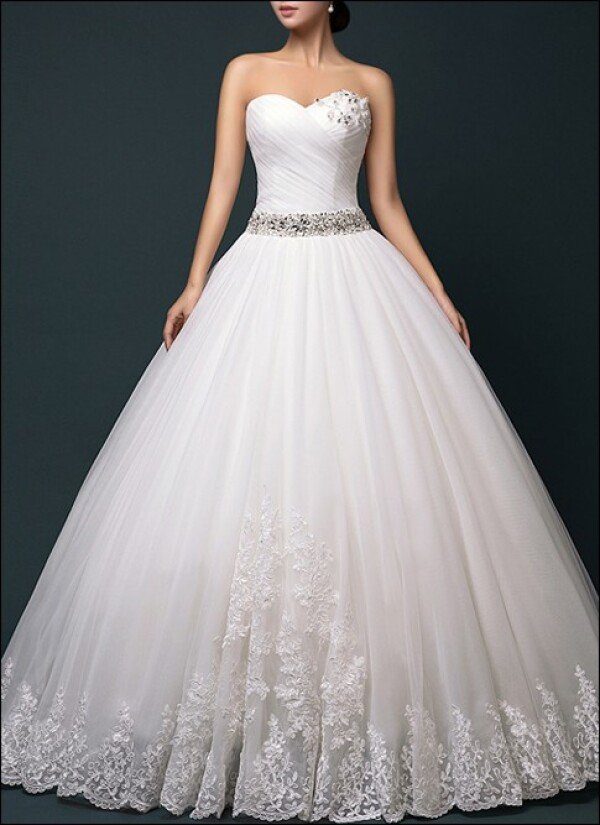 Princess wedding dress with tulle skirt and lace | Lafanta | Abend- und Brautmode