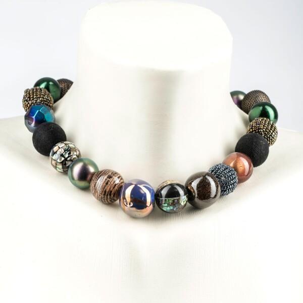 Kurze Perlenkette Bollywood multi metallic aus edlem Materialmix | Perlenmarkt